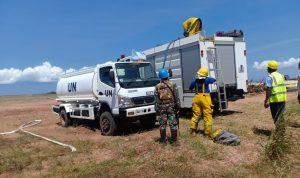 Satgas TNI memadam kobaran api dekat Bandara di Kongo. (pen-satgas TNI/sir)