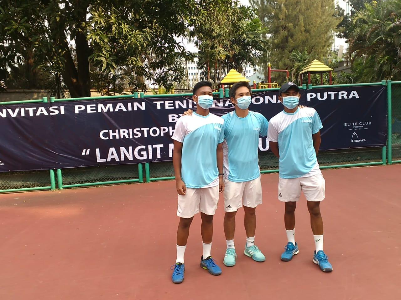 Christopher Rungkat berfoto bersama Ali Fahresi (kanan) dan M Gunawan Trismunantara. (dk)