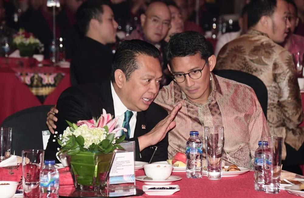Ketua MPR RI Bambang Soesatyo (kanan) saat akan dilantik sebagai pengurus PB e-Sport Indonesia periode 2020-2024.